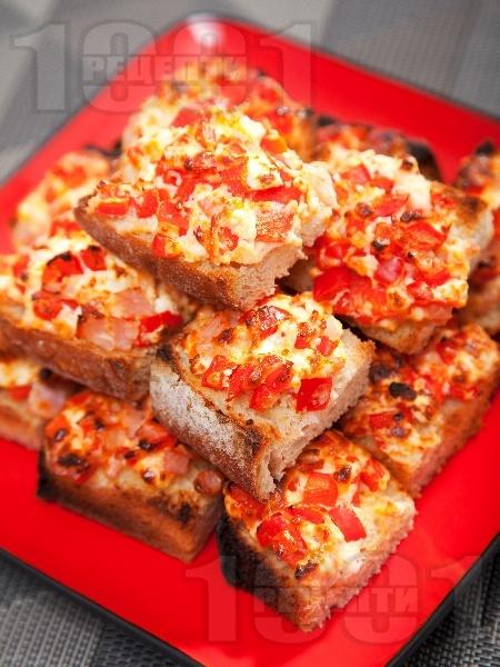 Хапки от печени филийки с червени чушки, яйца, шунка и сирене на фурна - снимка на рецептата